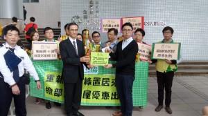 民協九龍城區議員楊振宇向資助房屋小組主席黃遠輝遞交意見書